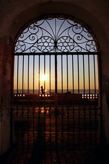 L'alba di un nuovo giorno (meghimeg) Tags: 2016 dianomarina mare sea sole sun corsa run cancello gate fence friday spiaggia beach sunrise alba hff fencefriday