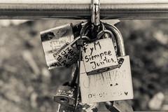 Siempre juntos (cmarga28) Tags: bw blanconegro monochrome photography candado amor inscripciones atado encadenado cannon digital raw cerca zoom