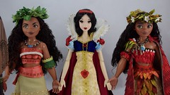 LE Snow White Welcomes the Two LE Moanas Dolls - Midrange Front View (drj1828) Tags: us disneystore moana limitededition doll 16inch second edition 2017 purchase deboxing 2016 snowwhite 17inch 2009 greet welcome