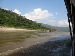 """Première journée de bateau sur le Mékong entre Houeisai et Pakbeng <a style=""""margin-left:10px; font-size:0.8em;"""" href=""""http://www.flickr.com/photos/127723101@N04/23236447424/"""" target=""""_blank"""">@flickr</a>"""