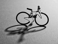 Le vélo (Yasur.sur.Flickr) Tags: noiretblanc monochrome bw vélo bicycle bicyclette clairobscur ombre shadow tabletop highcontrast contrasteélevé macro 105mm yasur nikon d750 wire fildefer maquette modèleréduit artisanat handcraft bibelot trinket