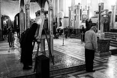 44.Una mujer besa un icono en la catedral de Echmiadzin. Echmiadzin, Armenia (nagasairo) Tags: mujer catedral caucasus armenia icono echmiadzin caucaso transcaucasia