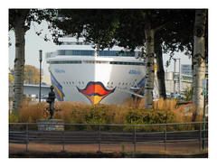 Ketelbinkie says no (AurelioZen) Tags: europe netherlands rotterdam katendrecht ketelbinkie sculpture aidaprima cruiseship