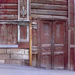 36, Pirogova str., Tula, Russia (Yuree M) Tags: rolleiflex 6008af xenotar 80 28 fujifilm velvia 50 film epson v700 tula russia тула улица пирогова 36 120 6x6 medium format house wooden red old autaut