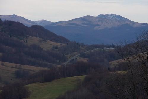 Widok z Przełęczy Wyżnej na parking na Przełęczy Wyźniańskiej, Tarnicę, Krzemień i Halicz późną jesienią