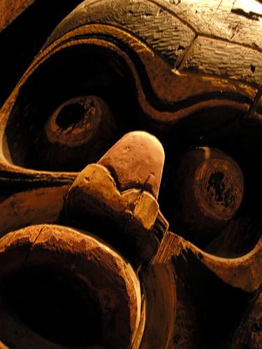 Una máscara aterradora de madera, con ojos salidos y la boca abierta en admiración