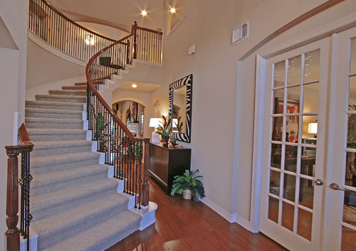 www.BuilderBlueprint.com stairs_french_doors por Carson Coots.