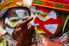 Papua New Guinea - Make up (Eric Lafforgue) Tags: pictures people photo highlands pacific picture tribal papou  tribe papuanewguinea ethnic tribo indigenous singsing papu ethnology tribu oceania   niugini 4790 papuaneuguinea lafforgue papuanuovaguinea  guin papuan papouasie papouasienouvelleguine mthagen mounthagen mounthagenshow melanesian papoeanieuwguinea papanuevaguine papuanyaguinea    papanuevaguinea   paapuauusguinea papuanovaguin papuanovguinea   papuanowagwinea papuanyguinea    papusianova bienvenuedansmatribu