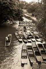 Oxford / England: Boats on the river Isis. (wwwuppertal) Tags: oxford oxfordshire england gb uk greatbritain grosbritannien unitedkingdom fujifilmxpro1 fujinonxf35mmf2rwr fujifilmxsystem sw schwarzweis bw blackandwhite monochrome monochrom noiretblanc blancetnoir getont toned tonung toning punting