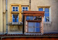 Avant-garde (Jean-Luc Lopoldi) Tags: lyon fentres toits vieilleville chienassis