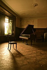 (Anas von Brussels) Tags: abandoned dark piano eerie creepy urbanexploration urbex beautyindecay urbanexploraties
