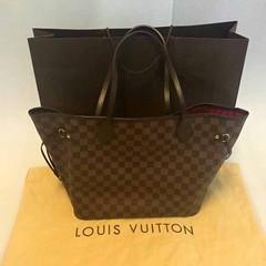 กระเป๋าหลุยส์ Louis Vuitton Neverfull MM Damier Made in France มือสองของแท้ - พร้อมส่ง ราคา25900บาท ใบนี้ซื้อมาประมาณปี 2010 ใช้งานประมาณ 3-4 ครั้ง ด้านในกระเป๋าหลุยส์สะอาดกลิ่นเหมือนใหม่ รอยการใช้งานน้อยมากมีที่หูกระเป๋าเล็กน้อยตามรูปค่ะ สภาพดีมากให้99%