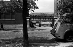 Dpt de la RATP boulevard Bourdon a Paris (Archives photographiques du MRU) Tags: blackandwhite paris france noiretblanc transport archives depot arbre ratp territoire camionnette transporturbain henrisalesse