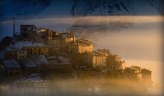 La luce dell'alba incontra Castelluccio