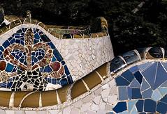 D3441-Banco alabeado del Parque Güell  (I) (Eduardo Arias Rábanos) Tags: arquitectura architescture banco bench parquegüell gaudí eduardoarias eduardoariasrábanos panasonic lumix g6 trencadís azulejo ceràmica tile ceramic color colour josepmariajujol