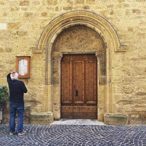 Luis devant l'église Saint Michel