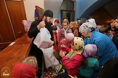 14. Humanitarian assistance for refugees at Svyatogorsk Lavra / Раздача гуманитарной помощи беженцам Лавры