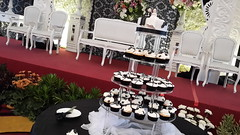 Black White Wedding Cake & Cupcakes - Jakarta (cupcakesjakarta) Tags: wedding white black cake cupcakes 3d weddingcake cupcake jakarta topper putih fondant hitam buttercream chocoholic cantik elegan weddingcupcakes pejaten weddingcupcake jakartaselatan mewah cupcakesjakarta pejatenvillage kuepengantin