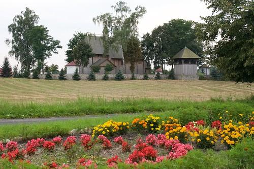 Kościół w Boguszycach zza kwiatów