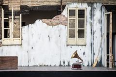 msica para brujas (Juan Ig. Llana) Tags: teatro escenario ventanas escoba tablado decorado gramfono