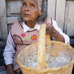 Vendedora de Pepita (Maria Sciandra) Tags: woman mexico streetphotography sanmigueldeallende oldwoman whiteshirt candidportrait streetcandid fujifilmx100 mariasciandraphotography mexaesthetic
