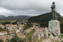 Italie_sur les hauteurs d'Ovindoli_Abruzzes_oct 2014_IMG_8635 (Hlne (HLB)) Tags: italy statue roofs italie abruzzes ovindoli
