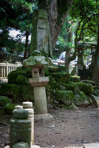 Kamienne lampiony w parku w Narze