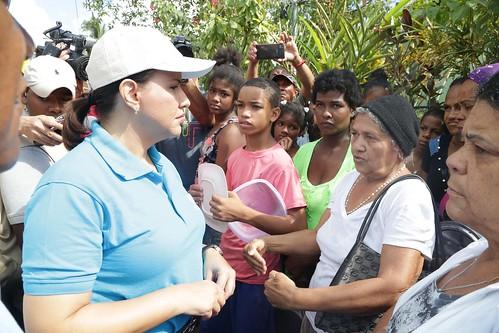 """Margarita Cedeño escucha de los comunitarios la forma en que el  arroyo anegó las viviendas de sus sectores. • <a style=""""font-size:0.8em;"""" href=""""http://www.flickr.com/photos/91359360@N06/30809745693/"""" target=""""_blank"""">View on Flickr</a>"""