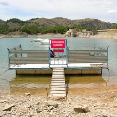 Prohibido subirse (Jaime_Marco) Tags: agua zaragoza tranquera embalse navegacin