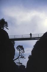 Elbsandsteingebirge (038) Felsenburg Neurath (Rüdiger Stehn) Tags: sachsen mitteldeutschland deutschland germany landkreissächsischeschweizosterzgebirge landschaft natur gebirge mittelgebirge sächsischeschweiz felsen bastei menschen nationalpark dia diapositivfilm slide analogfilm analog kbfilm kleinbild scan canoscan8800f mitteleuropa 2000s 2000er felsenburgneurathen burg felsenburg elbsandsteingebirge wasser gewässer flus elbe fels mittelalter historischesbauwerk freilichtmuseum museum 2000 35mm gegenlicht canoneos500n rüdigerstehn