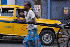TAXI. Kolkata (Cathy Le Scolan-Quéré Photographies) Tags: india inde westbengale bengaleoccidental taxi rickshaw chauffeur conducteur indian indien jaune yellow station stationner stationdetaxi calcutta kolkata streetphotography photographiederue catherinelescolanquéré canon