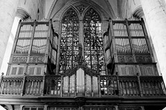 indrukwekkend . (roberke) Tags: kerk church orgel hout architecture architectuur indoor interieur interior ramen windows glasramen monochrome monochroom blackandwhite blackwhite bw zwartwit oudenaarde sintwalburgakerk churchorgan kerkorgel