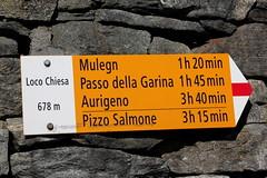 Wegweiser Loco Chiesa ( TI - 678 m - Standorttafel Tessiner Wanderwege ) im Dorf Loco im Onsernonetal - Valle Onsernone im Kanton Tessin der Schweiz (chrchr_75) Tags: albumzzz201703märz märz 2017 hurni christoph hurni170302 kantontessin tessin südschweiz schweiz suisse switzerland svizzera suissa swiss onsernonetal valle onsernone kanton susise chrchr chrchr75 chrigu chriguhurni wegweiser standorttafel