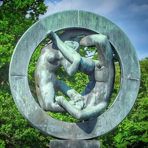 """Contribution pour le challenge #igersfrance - #igf195 """"La vie en rond""""  """"La Roue de la Vie"""", sculpture de Gustav #Vigeland (The Vigeland Park, #Oslo) illustrant les hommes et les femmes pris dans le mouvement de l'existence."""