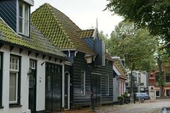 Scheve lantaarn ~ Crooked lantern (Swaentje5) Tags: holland netherlands lamp streetlight streetlamp nederland lantern texel historicalbuildings architectuur lantaarn lantaarnpaal lantarenpaal denburg lantaren burgwal historischehuisjes