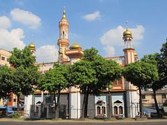 """Yangon dans toute sa diversité: une mosquée <a style=""""margin-left:10px; font-size:0.8em;"""" href=""""http://www.flickr.com/photos/127723101@N04/23144044739/"""" target=""""_blank"""">@flickr</a>"""