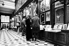 Il y a encore quelqu'un qui achat des livres (Paolo Pizzimenti) Tags: or matin lumière métro livre passage verdeau filles garçon transport paris paolo olympus zuiko penf 12mm f2 mirrorless m43 film pellicule argentique dosineau