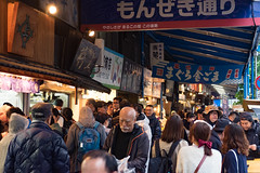 Crowded (Dominic Sagar) Tags: 2016 fujifilm japan t050 t100 t200 tsujiki xt1 crowd fish market people chūōku tōkyōto jp