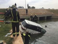 انتشال جثث طفلين وسائقهما بعد سقوط سيارتهم في مجرى مياه بالرياض (ahmkbrcom) Tags: منطقة الرياض