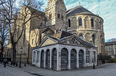 Wachthuisje achter de kerk (MikeTheExplorer) Tags: architecture architectuur gebouw gebouwen building buildings old oud historic historisch binnenstad innercity downtown city stad urban explore exploring light blue sky maastricht mestreech limburg province provincie netherlands nederland thenetherlands land country europe europa continent wachthuis kerk church onzelievevrouwekerk toren tree trees basilica street straat quiet peaceful quaint afternoon day winter