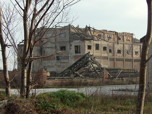 On aperçoit au loin l'usine abandonnée