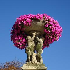 It's HEAVY !!! (Kay Harpa) Tags: flowers sculpture paris france angels beaut histoire jardinduluxembourg patrimoinefranais photokay et2015