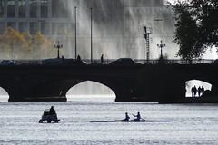 Kennedybrücke Hamburg (Elbmaedchen) Tags: hamburg alster gegenlicht kennedybrücke ruderer lombardsbrücke gischt spaziergänger alsterfontäne