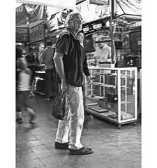 PERSA BIO-BIO 243 (ORANGUTANO / Aldo Fontana) Tags: chile santiagodechile regiónmetropolitana persabiobio rastro canong10 people gente ciudad city blancoynegro orangutano aldofontana flickr mercadodelaspulgas