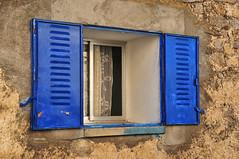 (050/17) Ventanas (Pablo Arias) Tags: pabloarias photoshop nxd españa arquitectura ventana azul cortina eltiemblo avila comunidaddecastillaleón