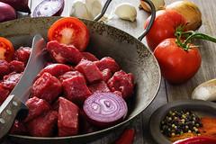 Ready for cooking (t.schwarze) Tags: gulasch goulash food essen tomaten tomatoes meat fleisch ingredients zutaten zwiebeln onions kochen cooking
