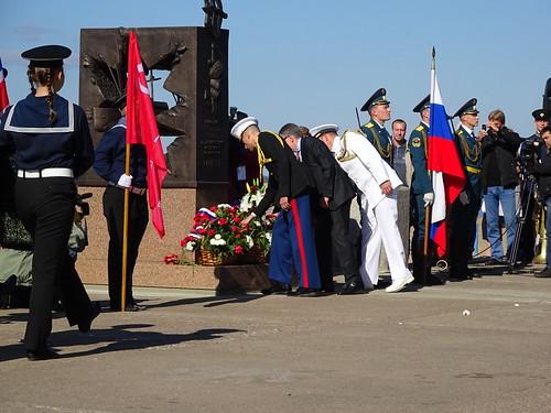 Генеральные консулы и военно-морские атташе возлагают цветы ©  Генконсульство США в СПб