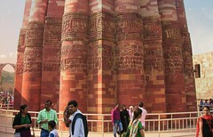 INDIEN- Qutab-Minar, islamische Baukunst, 12-14. Jh.,  At 72.5 m (238 ft), A UNESCO World Heritage Site, the Qutub Minar is the world's tallest free-standing brick minaret,  13043/5755 (roba66) Tags: city travel sculpture india house building history tourism monument arquitetura architecture reisen ruins asia asien cityscape platz delhi urlaub capital rustic haus skulptur places visit historic ruine explore stadt architektur historical indien metropolitan bau qutub minar antic faade fassade inde historie voyages huser geschichte qutb southasia antik qutab mehrauli moschee northernindia kulturdenkmal sdasien roba66 indienqutabminararealislamischebaukunst1214jh indiennord qutabminae