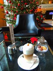 Latte Macchiato in der WUNDERBAR (Sophia-Fatima) Tags: caff bardante wunderbar radissonblusenatorhotel lbeck schleswigholstein deutschland weihnachtsbaum weihnachten advent christmas christmastree lattemacchiato