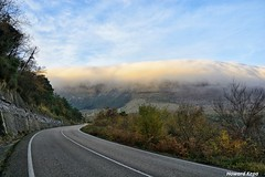Efervescencia. (Howard P. Kepa) Tags: paisvasco alava euskadi artziniega carretera nubes niebla montes arboles vegetacion